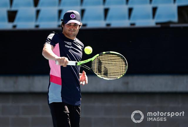 "Lance Stroll, Racing Point, gioca a tennis con Lleyton Hewitt <span class=""copyright"">Glenn Dunbar / Motorsport Images</span>"