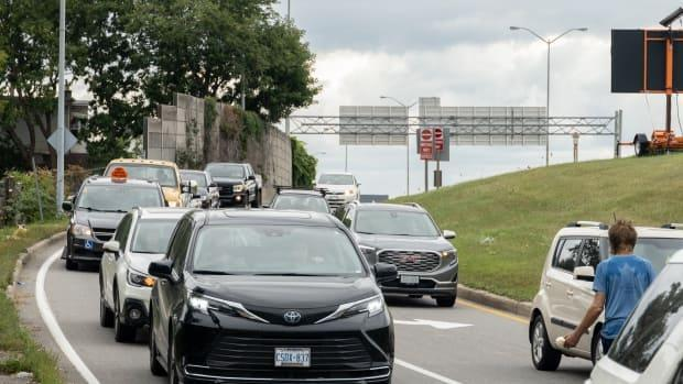 Vehicles are seen exiting Highway 417 at Bronson Avenue on Monday, which is the last day that can happen until next summer. (Alexander Behne/CBC - image credit)