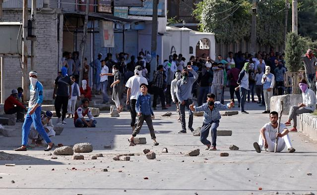 <p>Demonstrators hurl stones and shout pro-freedom slogans during a protest in Srinagar, May 27, 2017. A civilian was killed and several injured in clashes following the killing of two suspected militants who according to local media were killed in a gunbattle with security forces on Saturday afternoon in Tral district. (Photo: Danish Ismail/Reuters) </p>