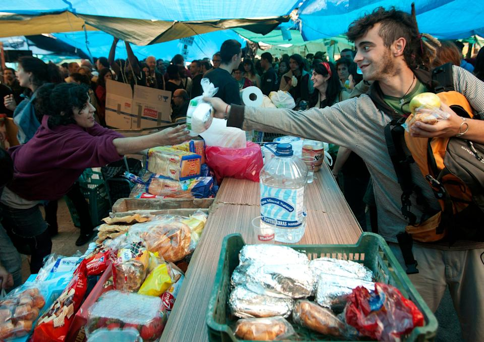 One of the most distinctive features of that camp was the solidarity between the protesters and the organization of daily life in Sol. In the image, one of the food distribution tables managed by the Protestants.