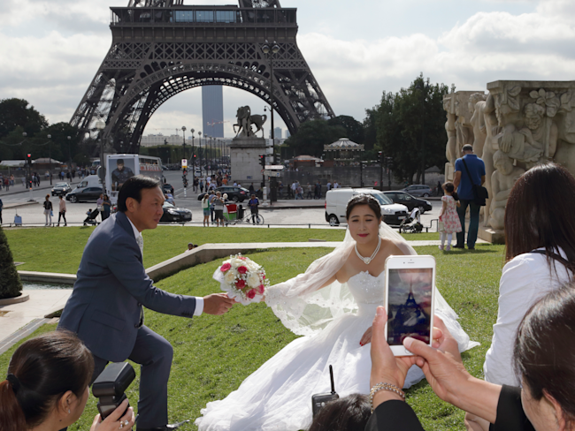 chinese couple marriage photos eiffel tower paris france