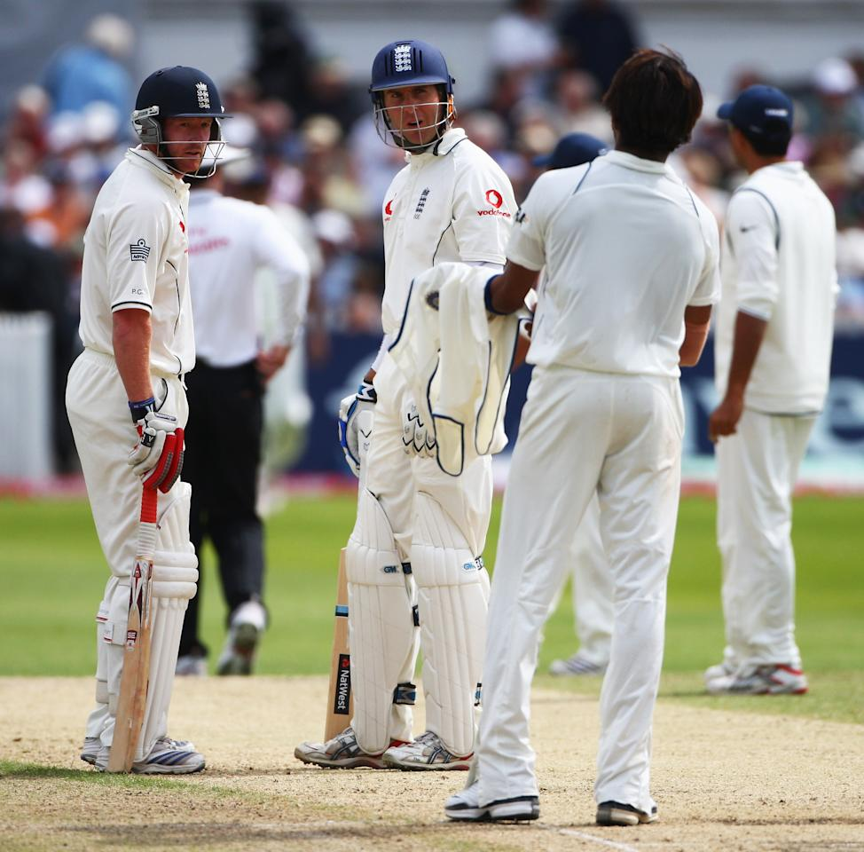 NOTTINGHAM, UNITED KINGDOM - JULY 30:  Michael Vaughan and Paul Collingwood of England talk to Shanthakumaran Sreesanth of India during day four of the Second Test match between England and India at Trent Bridge on July 30, 2007 in Nottingham, England.  (Photo by Laurence Griffiths/Getty Images)