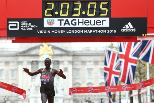 Kipchoge defends London Marathon title