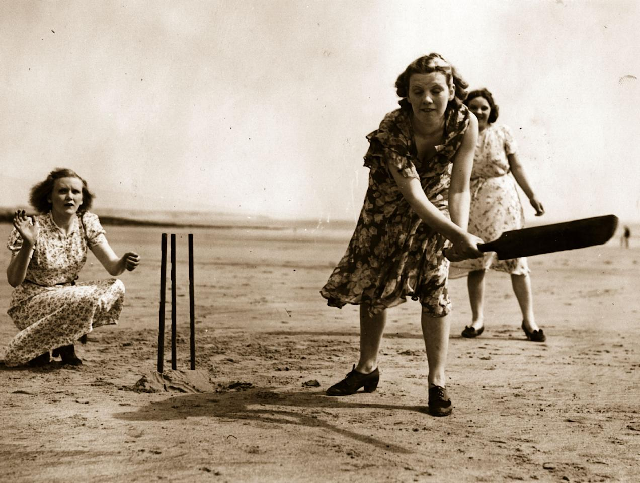7th June 1939:  A group of women playing cricket on the beach at Porthcawl in North Wales.  (Photo by Fox Photos/Getty Images)