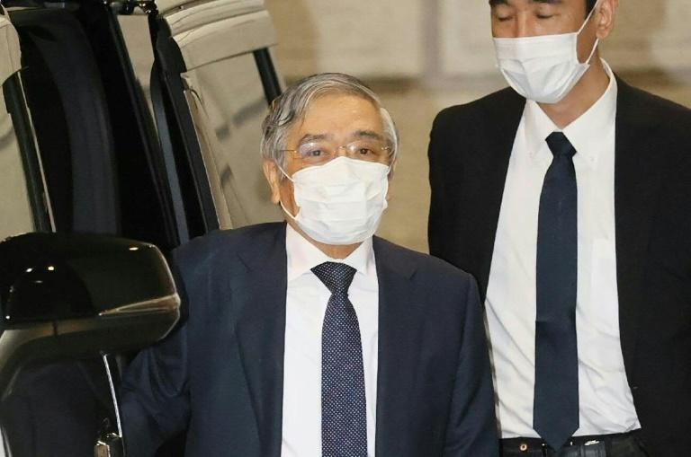 Bank of Japan maitains policy, says economy slowly reviving