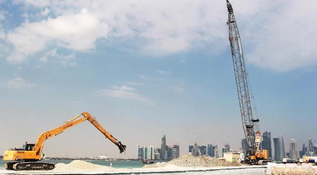 Workers are seen at a construction site in Doha on November 16, 2014 (AFP Photo/)