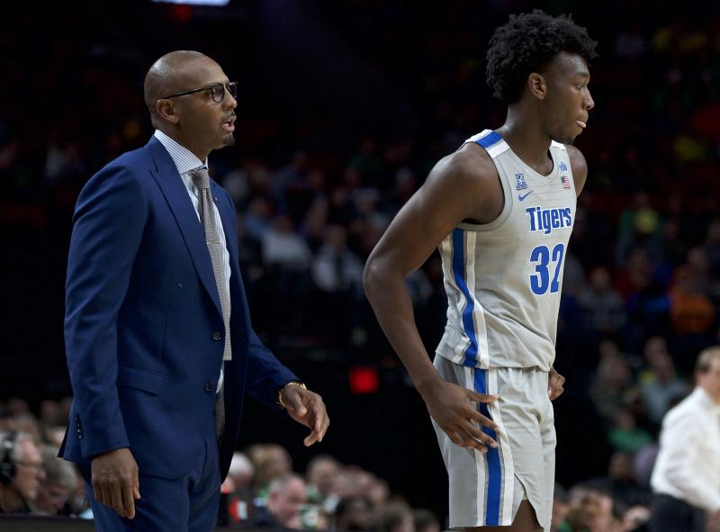 Memphis coach Penny Hardaway, left, talks to center James Wiseman during the second half of the team's NCAA college basketball game against Oregon. (AP)