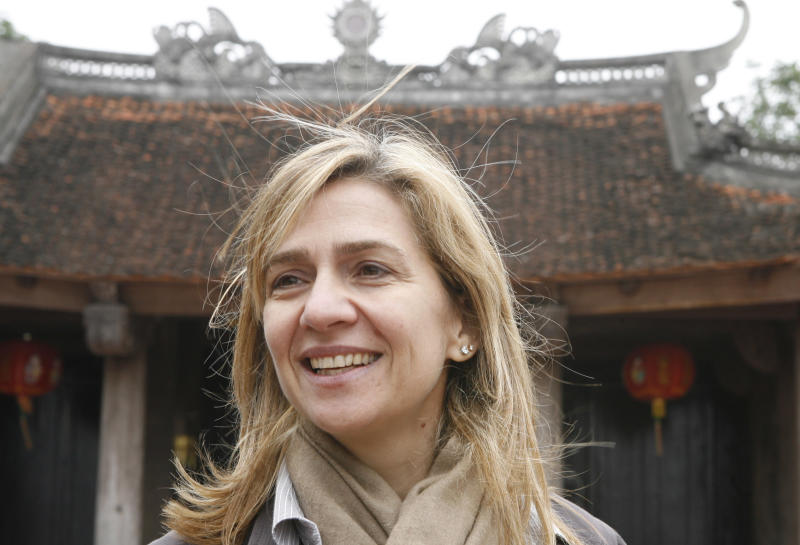 Spain's Princess Infanta Cristina (C) smiles she visits Den Do temple in Bac Ninh province near Hanoi November 20, 2009. The princess is in Vietnam to support a vaccination campaign sponsored by GAVI Alliance (formerly The Global Alliance for Vaccines and Immunisation). REUTERS/Kham (VIETNAM ROYAL SOCIETY HEALTH POLITICS ROYALS)