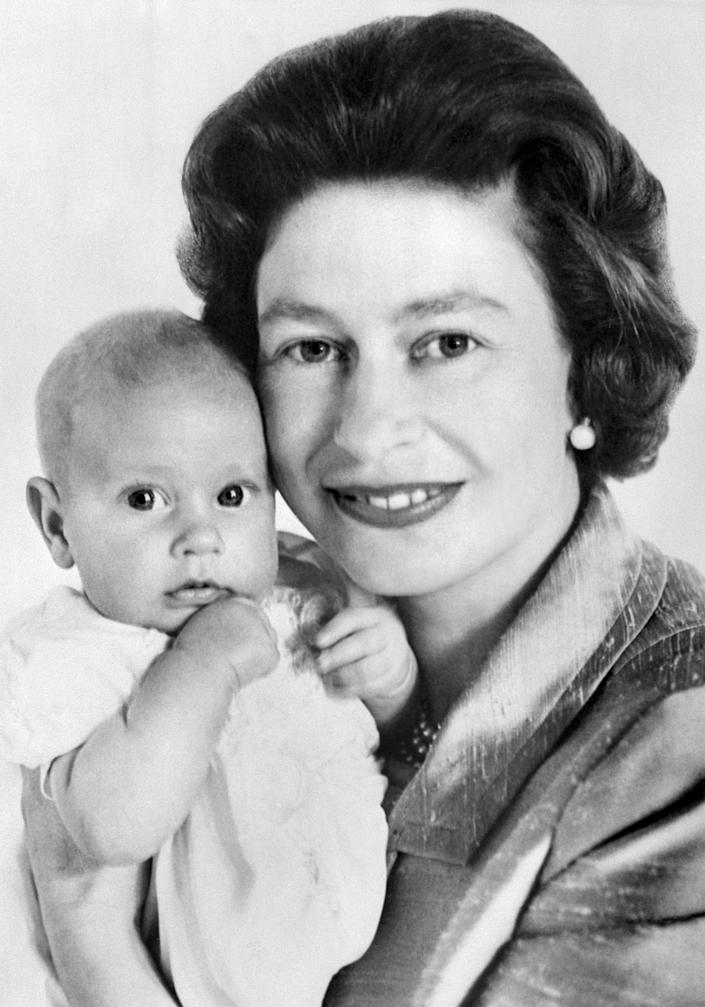 The Queen Elizabeth II poses with Prince Edward, 13 June 1964 in London. (Photo by - / CENTRAL PRESS PHOTO LTD / AFP)        (Photo credit should read -/AFP via Getty Images)