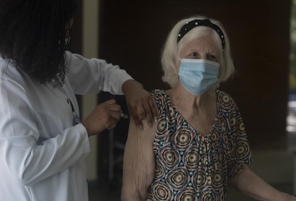 RIO DE JANEIRO, BRAZIL â SEPTEMBER 24 : Seniors aged 60 years or more receive booster dose of the vaccine against coronavirus (Covid-19) in Rio De Janeiro on September 24, 2021. Seniors who took the second dose until February 28, 2022 received their booster doses. Brazil completes 10 days with a moving average of deaths above 500 Ministry of Health registers 648 deaths in 24 hours; with total death number of 592,964. (Photo by Fabio Teixeira/Anadolu Agency via Getty Images)