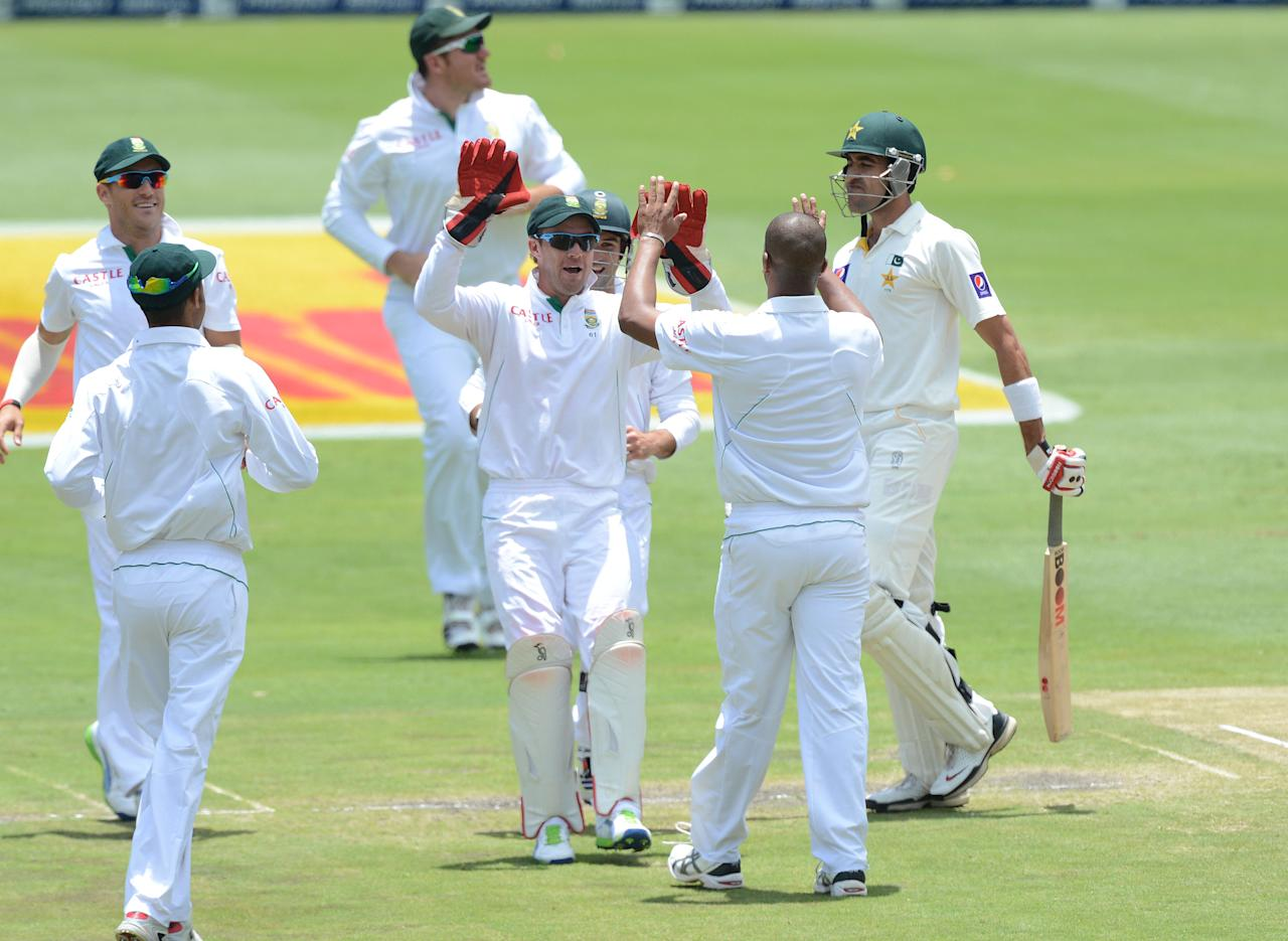 JOHANNESBURG, SOUTH AFRICA - FEBRUARY 02: South Africa players celebrate the wicket of Umar Gul for a duck during day 2 of the 1st Test match between South Africa and Pakistan at Bidvest Wanderers Stadium on February 02, 2013 in Johannesburg, South Africa.  (Photo by Duif du Toit/Gallo Images/Getty Images)