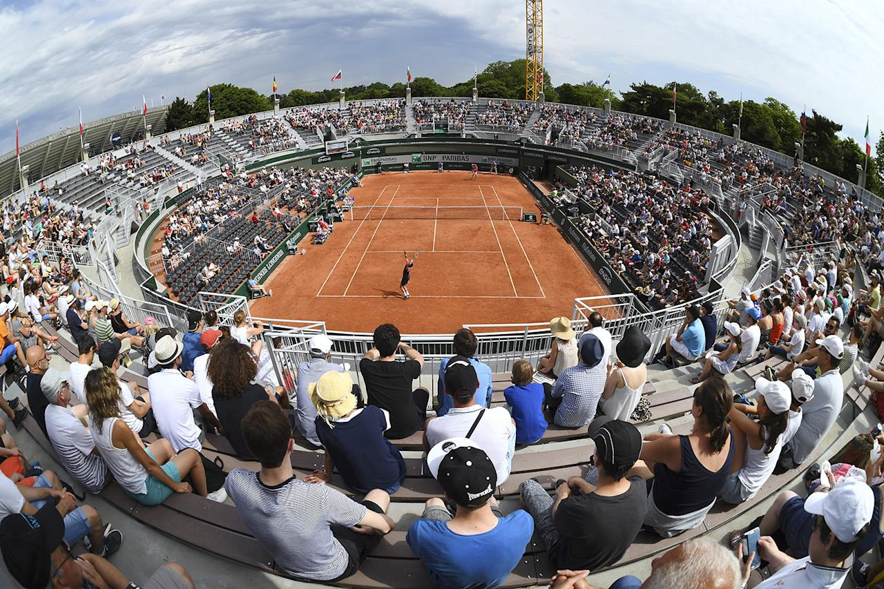 <p>Fans watch the qualification round match between Luxemburg's Gilles Muller (bottom) and Spain's Guillermo Garcia-Lopez during the French Open tennis tournament at the Roland Garros stadium, May 28, 2017, in Paris. (Photo: Eric Feferberg/AFP/Getty Images) </p>