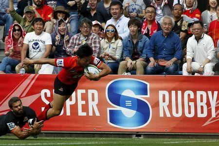 Sunwolves' Yasutaka Sasakura and Jaguares' Ramiro Moyano in action. REUTERS/Thomas Peter/File Photo