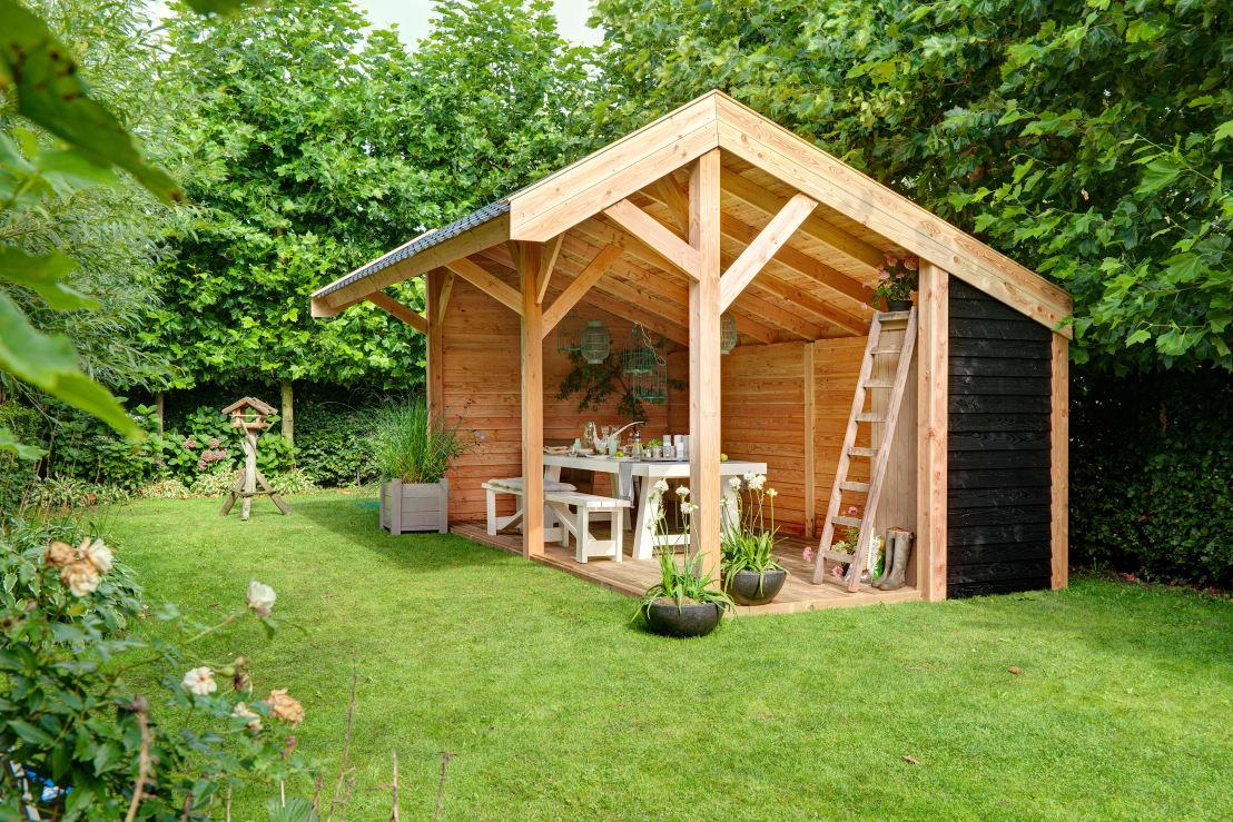 <p>Normally a garden house looks like a little shed that's used for storing tools and other things, but say goodbye to that concept and greet this stunning little structure that offers up a charming little seating- and dining spot. Best of all? It's protected from harsh weather conditions, ensuring that an unexpected downpour (or harsh sun) doesn't run your tea party.</p>  Credits: homify / NuBuiten.nl