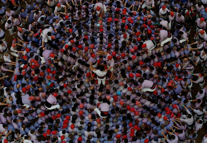 """<p>Colla Jove Xiquets de Tarragona start to form a human tower called """"castell"""" during a biannual competition in Tarragona city, Spain, Oct. 2, 2016. (REUTERS/Albert Gea)</p>"""
