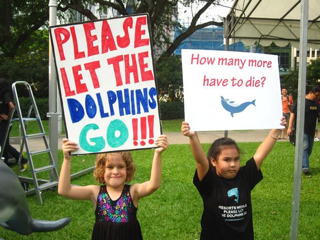 Event supporters were invited to pose for pictures with placards bearing messages in support of the dolphins. (Yahoo! photo/Jeanette Tan)