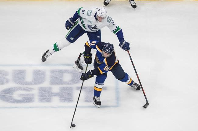 Blues' Tarasenko out rest of 1st round with shoulder injury