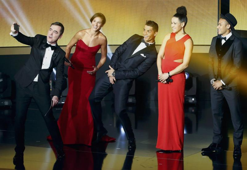 REFILE - CORRECTING TYPO IN NAME OF GERMAN PLAYER (L-R) Ceremony's host British actor James Nesbitt takes a selfie with Houston Dash's Carli Lloyd of the U.S., Real Madrid's Cristiano Ronaldo of Portugal, FFC Frankfurt's Celia Sasic of Germany and FC Barcelona's Neymar of Brazil during the FIFA Ballon d'Or 2015 awards ceremony in Zurich, Switzerland, January 11, 2016.   REUTERS/Ruben Sprich TPX IMAGES OF THE DAY