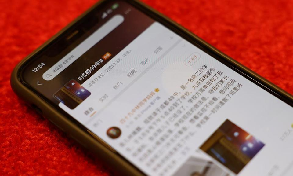 A smartphone showing a Weibo post in Chinese, lying on a table