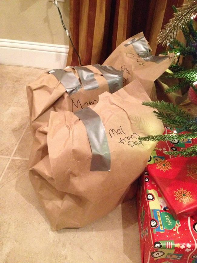 <p>When your gift looks sadder than your lunch bag. [Photo: reddit] </p>
