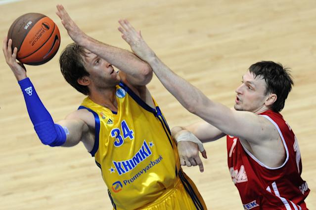 BC Khimki's Zoran Planinic (L) vies with BC Spartak Saint-Petersburg's Aleksey Zozulin during an Eurocup semi-final basketball match between BC Khimki and BC Spartak Saint-Petersburg in Khimki, outside Moscow, on April 14, 2012. AFP PHOTO / KIRILL KUDRYAVTSEV (Photo credit should read KIRILL KUDRYAVTSEV/AFP/Getty Images)