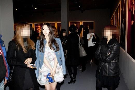 So Hee attends a photo exhibition