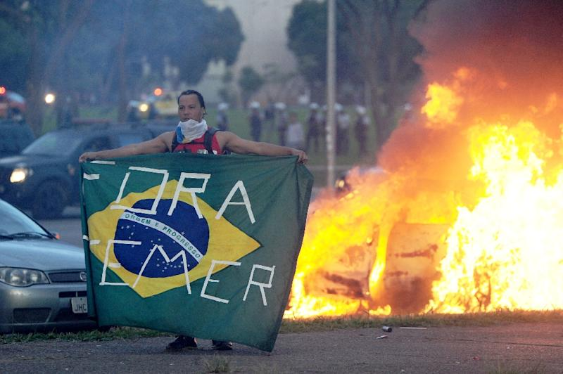 Students clash with police during a protest in front of the Congress in Brasilia on November 29, 2016 against the bill that freezes government spending for 20 years (AFP Photo/ANDRESSA ANHOLETE)