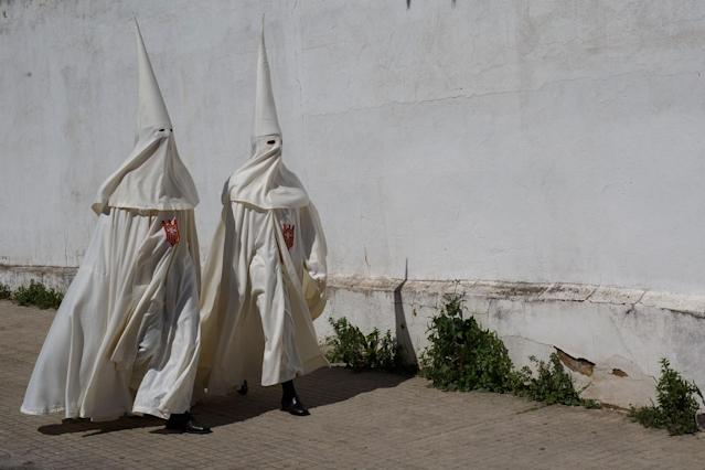 <p>Penitents from 'La Merced' brotherhood walk to San Antonio de Padua Church to take part in a procession during Easter Monday on March 26, 2018 in Cordoba, Spain. (Photo: Pablo Blazquez Dominguez/Getty Images) </p>
