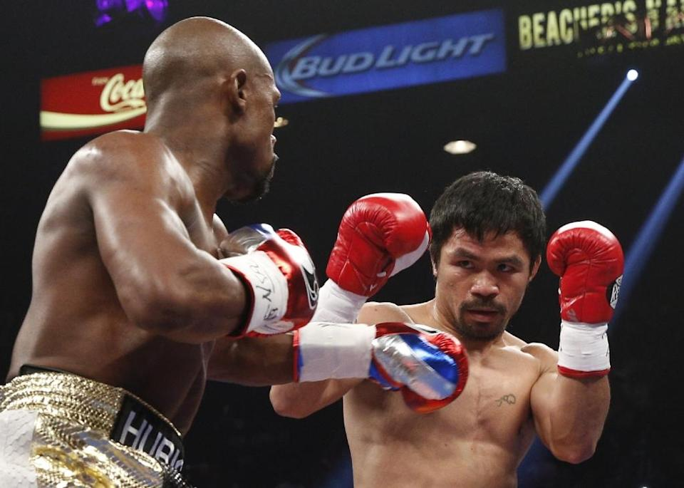 Floyd Mayweather Jr (L) measures Manny Pacquiao (R) during their welterweight unification bout on May 2, 2015 at the MGM Grand Garden Arena in Las Vegas, Nevada (AFP Photo/John Gurzinski)