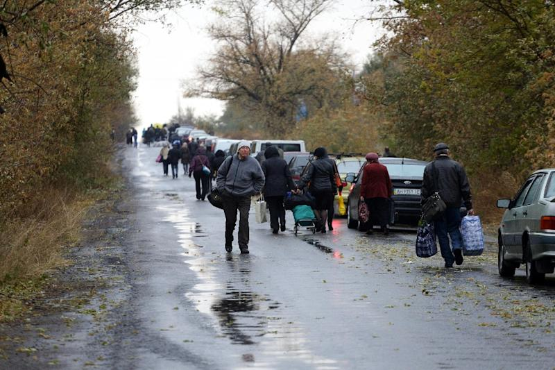 People queue at checkpoint of Zaytseve, Donetsk region, to cross the demarcation line between territory controlled by pro-Russian separatists and Ukrainian government (AFP Photo/Aleksey Filippov)