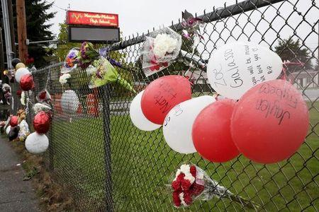 A makeshift memorial is seen outside Marysville-Pilchuck High School the day after a school shooting in Marysville, Washington October 25, 2014. REUTERS/Jason Redmond