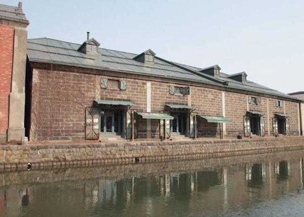 From the sidewalk running along the Otaru Canal you can see the shop on the other side of it