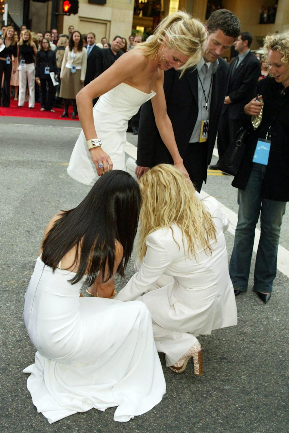 <p>Proving themselves to be angels IRL, Liu and Barrymore gave Diaz a hand getting out of her painful pumps, much to the delight of the paparazzi.</p>