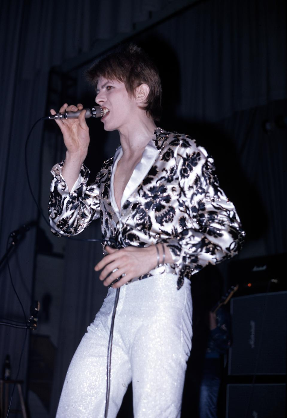 David Bowie (1947-2016) performs live on stage with his backing group The Spiders From Mars on the first night of the Ziggy Stardust Tour at Borough Assembly Hall in Aylesbury, Buckinghamshire on 29th January 1972. (Photo by Michael Putland/Getty Images)
