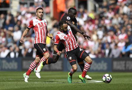 Britain Football Soccer - Southampton v Hull City - Premier League - St Mary's Stadium - 29/4/17 Hull City's Oumar Niasse in action with Southampton's Nathan Redmond and Dusan Tadic Action Images via Reuters / Tony O'Brien Livepic