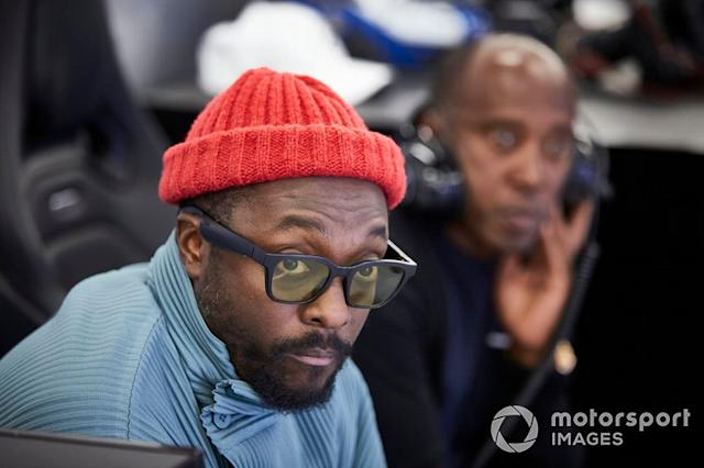"Will.i.am en el garaje de Mercedes con Anthony Hamilton <span class=""copyright"">Steve Etherington / Motorsport Images</span>"