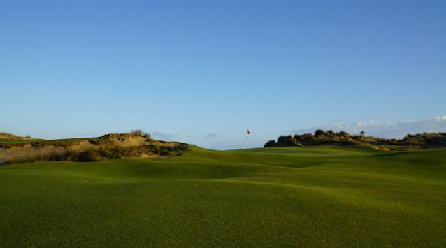 """<div class=""""caption""""> The 10th green at sunrise </div>"""