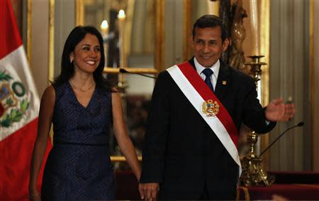 Peru's President Ollanta Humala (R) and First Lady Nadine Heredia arrive to the swearing-in ceremony of new members of cabinet at the government palace in Lima, October 31, 2013. REUTERS/Mariana Bazo
