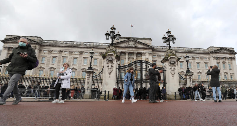 Fewer tourists than usual visit Buckingham Palace after the Coronavirus outbreak in London, Saturday, March 14, 2020. For most people, the new coronavirus causes only mild or moderate symptoms, such as fever and cough. For some, especially older adults and people with existing health problems, it can cause more severe illness, including pneumonia. (AP Photo/Frank Augstein)