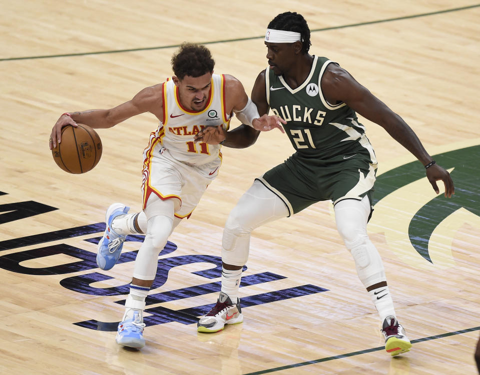 Trae Young(持球者)與Jrue Holiday。(Photo by Patrick McDermott/Getty Images)
