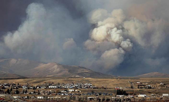 Image: Smoke fills the sky as the East Troublesome Fire burns outside Granby (Jim Urquhart / Reuters)