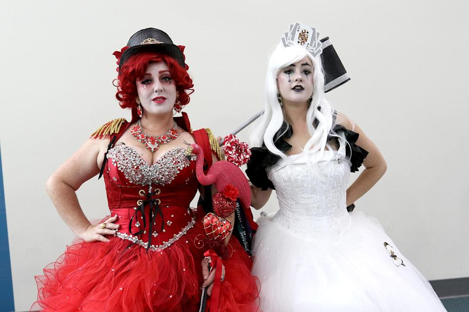 <p>Cosplayers dressed as the White Queen and Queen of Hearts from <em>Alice in Wonderland</em> at Comic-Con International on July 20 in San Diego. (Photo: Angela Kim/Yahoo Entertainment) </p>