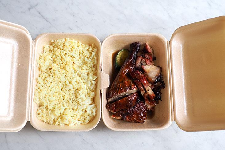 Your takeaway comes with a huge amount of rice that is paired with your choice of roasted meats whether it is duck, 'char siu' or even chicken