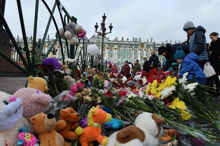 People place flowers at Dvortsovaya Square in central St. Petersburg on November 2, 2015, in memory of the victims of the passenger plane crash in Sinai, Egypt (AFP Photo/Vasily Maximov)
