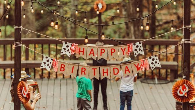 Ilustrasi ulang tahun, happy birthday (Photo by Jon Tyson on Unsplash)