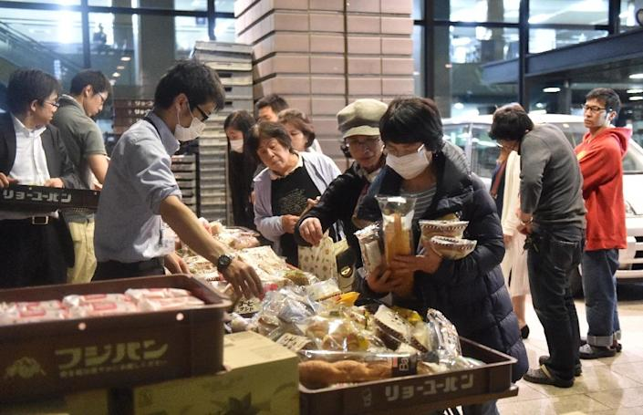 Evacuees queue for food supplies at the Kumamoto City Hall in southern Japan, on April 16, 2016 (AFP Photo/Kazuhiro Nogi)