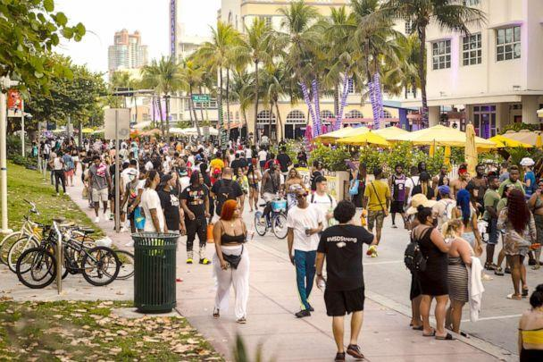 PHOTO: A crowd of people walk along Ocean Drive in the South Beach neighborhood of Miami on March 27, 2021. (Eva Marie Uzcategui/Bloomberg via Getty Images, FILE)
