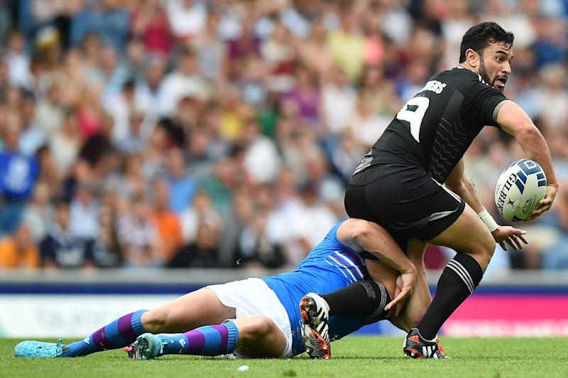 New Zealand's Sherwin Stowers (R) passes the ball during the Rugby Sevens pool A match between Scotland and New Zealand at Ibrox Stadium during the 2014 Commonwealth Games in Glasgow on July 26, 2014