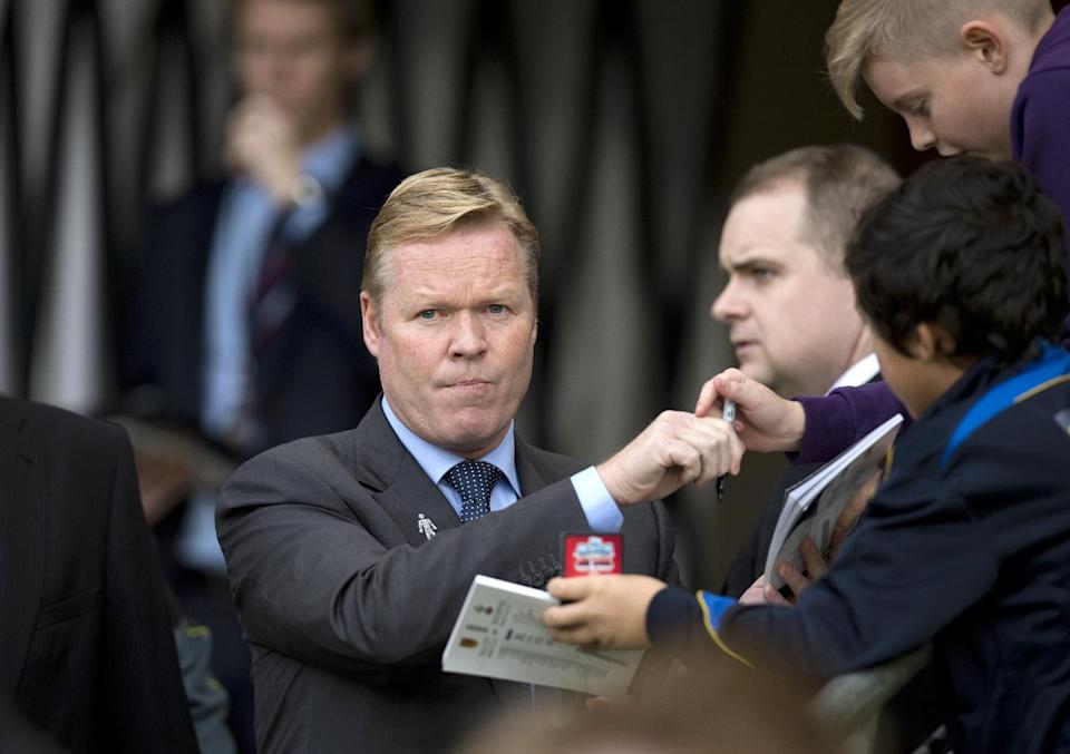 Southampton's manager Ronald Koeman signs autographs prior to their English Premier League match against Hull City, at the KC Stadium in Kingston upon Hull, east England, on November 1, 2014 (AFP Photo/Oli Scarff, Oli Scarff)