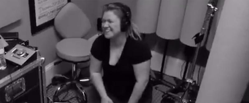 Kelly Clarkson Has the Most Hilarious Reaction to Hitting a Wrong Note